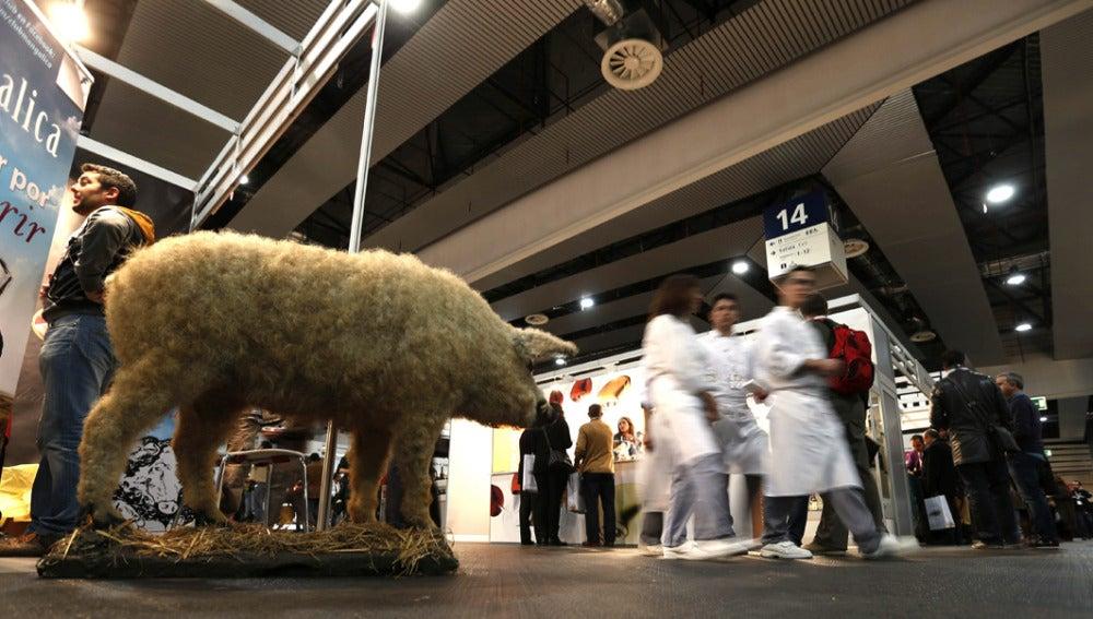 Varios cocineros pasean entre los visitantes en la feria Madrid Fusión