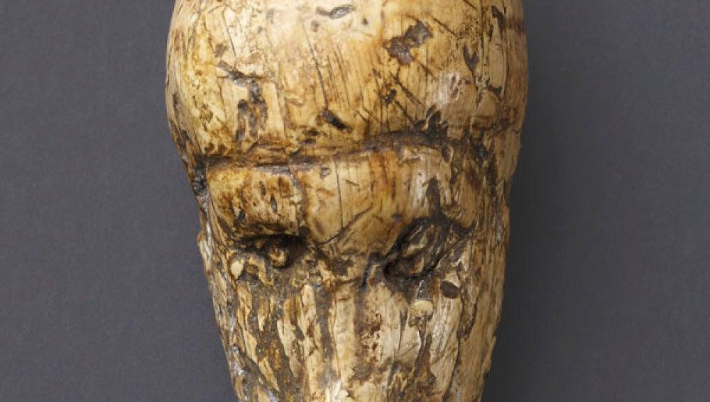 La cara de una mujer tallada en un colmillo de mamut