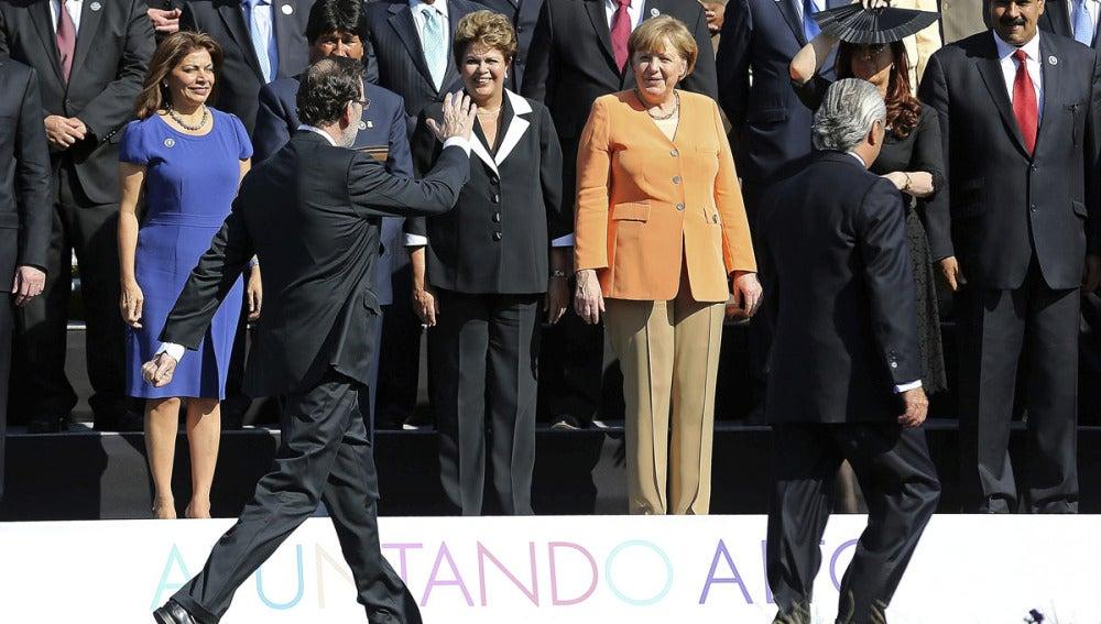 Rajoy saluda a Merkel en la cumbre de Chile