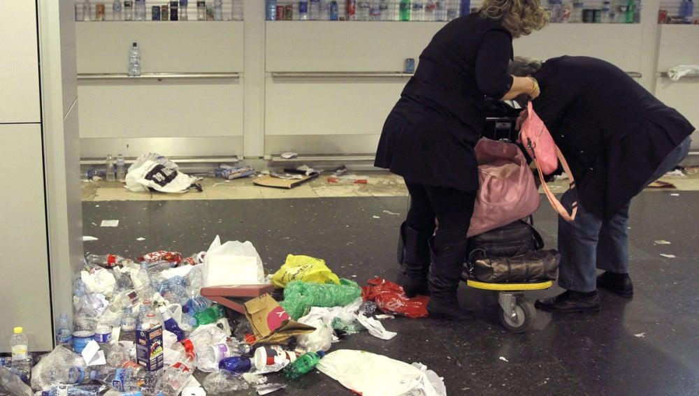 La basura se acumula en las terminales 1, 2 y 3 de Barajas