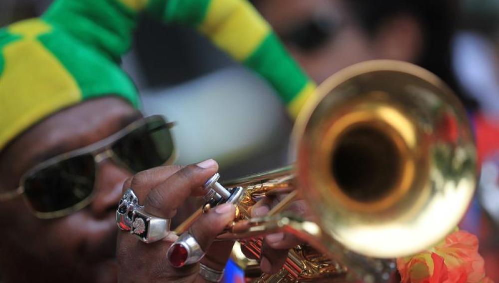 Un música desfila con su comparsa en Río de Janeiro