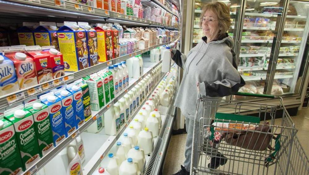 La gente acude a las tiendas a comprar comida