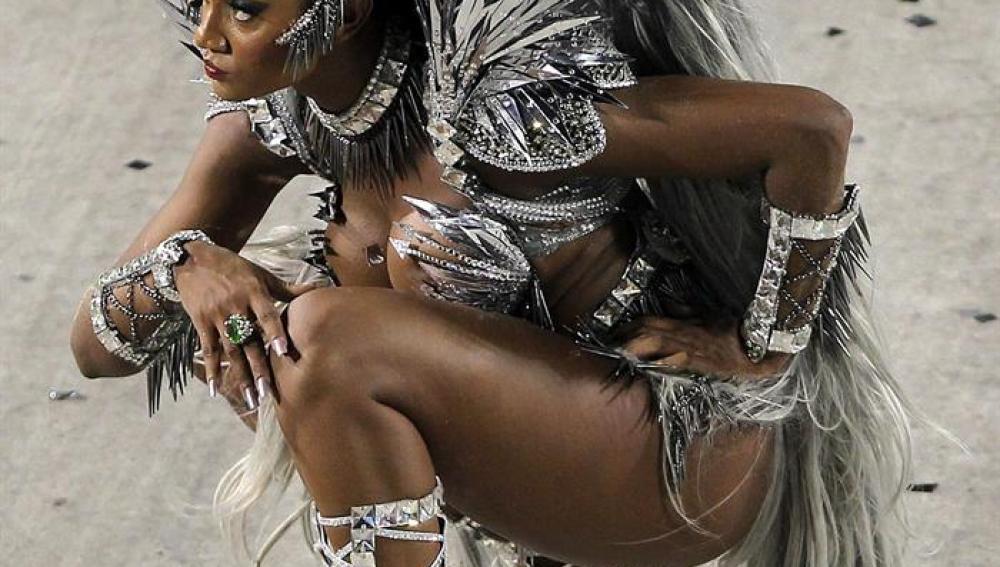 Atuendo metálico para bailar samba.
