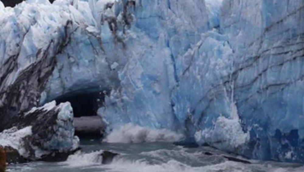El puente del glaciar Perito Moreno se derrumba por sorpresa