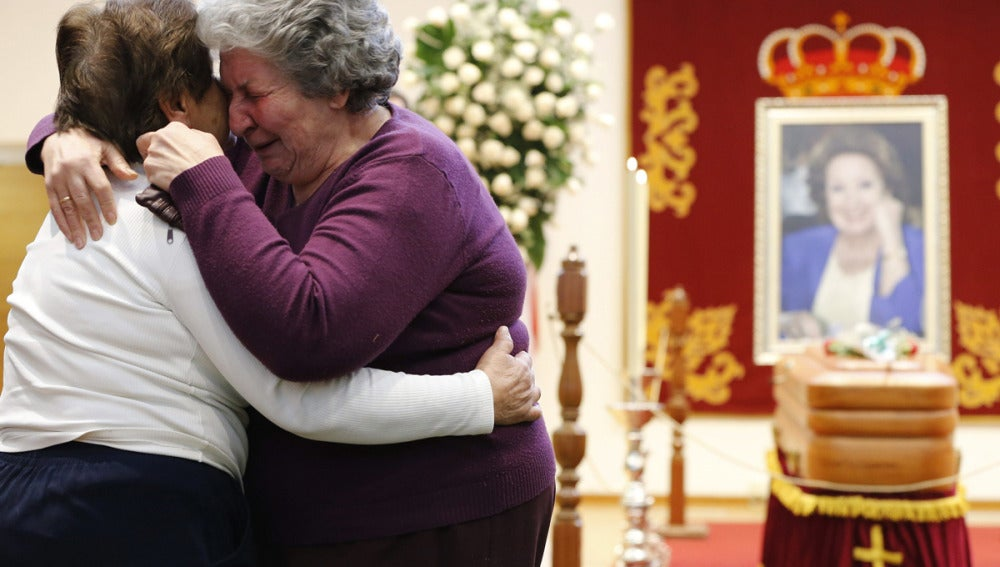 Una vecina abraza a Mercedes Montiel, que estuvo años cuidando a Marifé de Triana