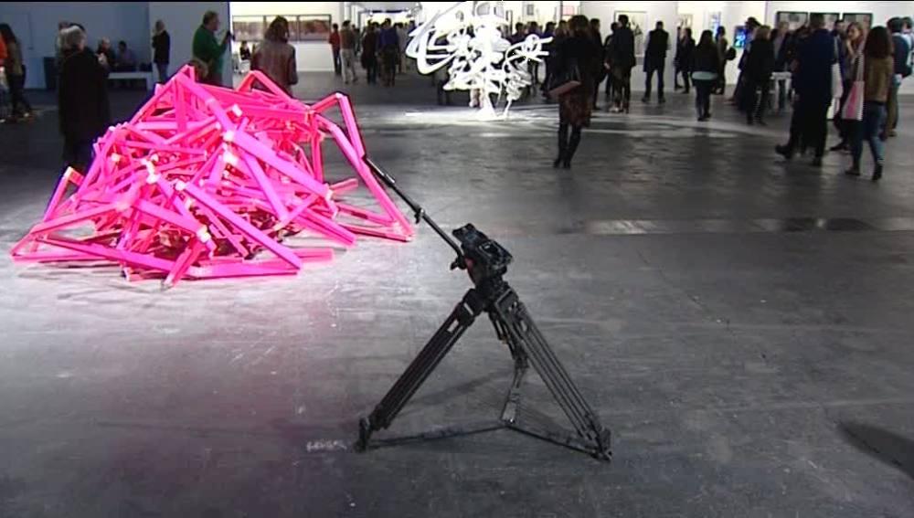 El trípode de una cámara se hace pasar por obra de arte en ARCO