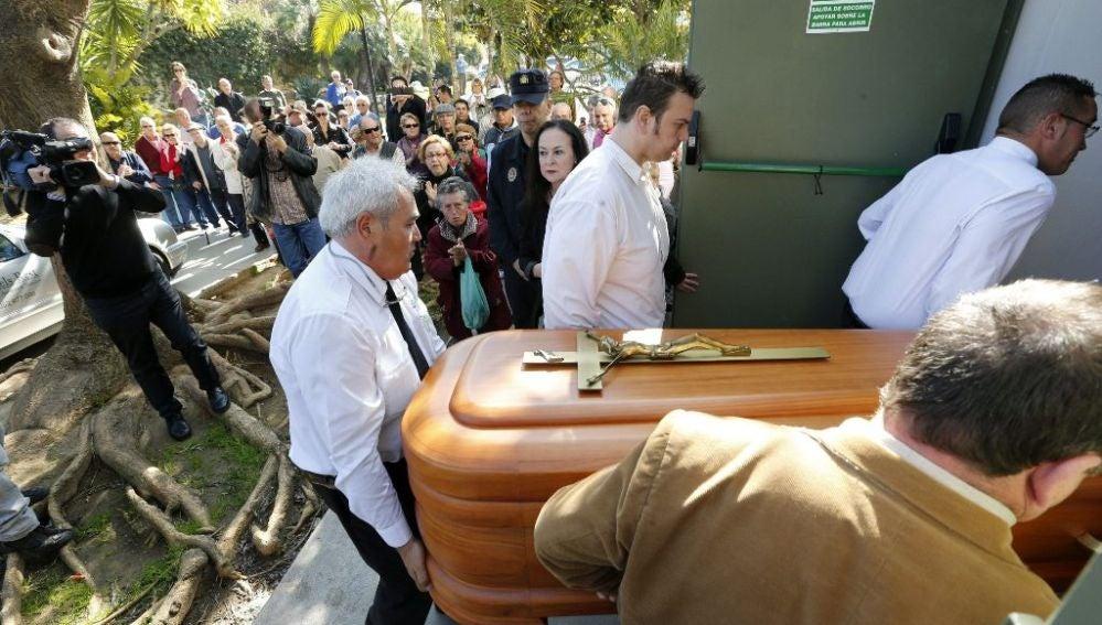 El féretro de la tonadillera Marifé de Triana es introducido en el Ayuntamiento de Torremolinos (Málaga)