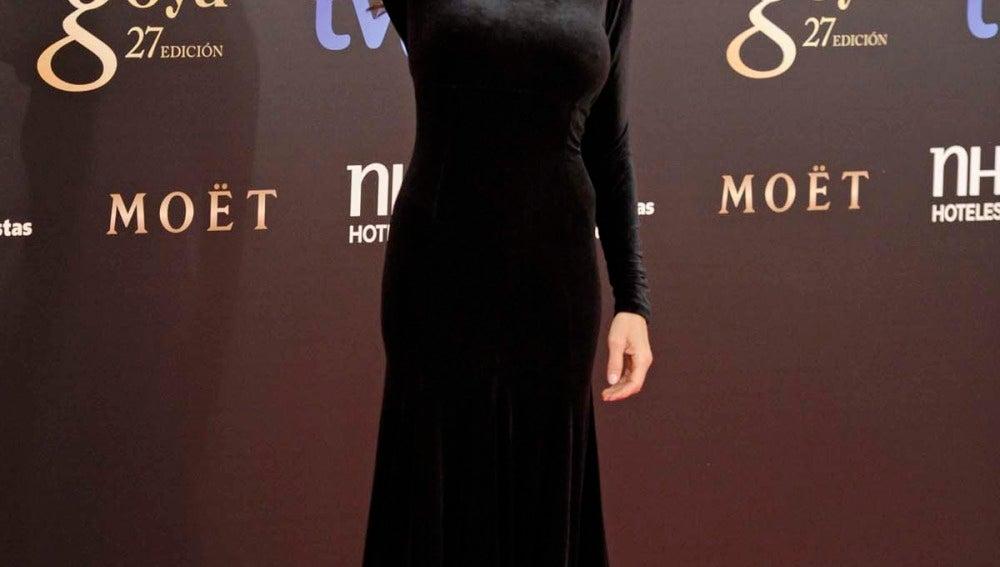 Ángela Molina con un vestido largo de terciopelo negro