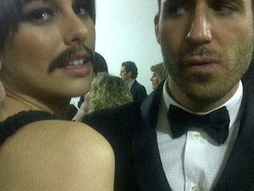 Blanca Suárez presumió de bigote mientras MAS le miraba con cara raruna
