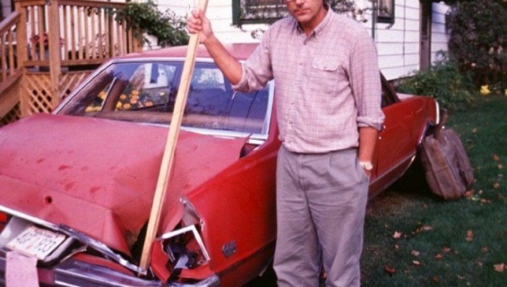 Un investigador muestra el agujero dejado en un coche por el meteorito de Peekskill