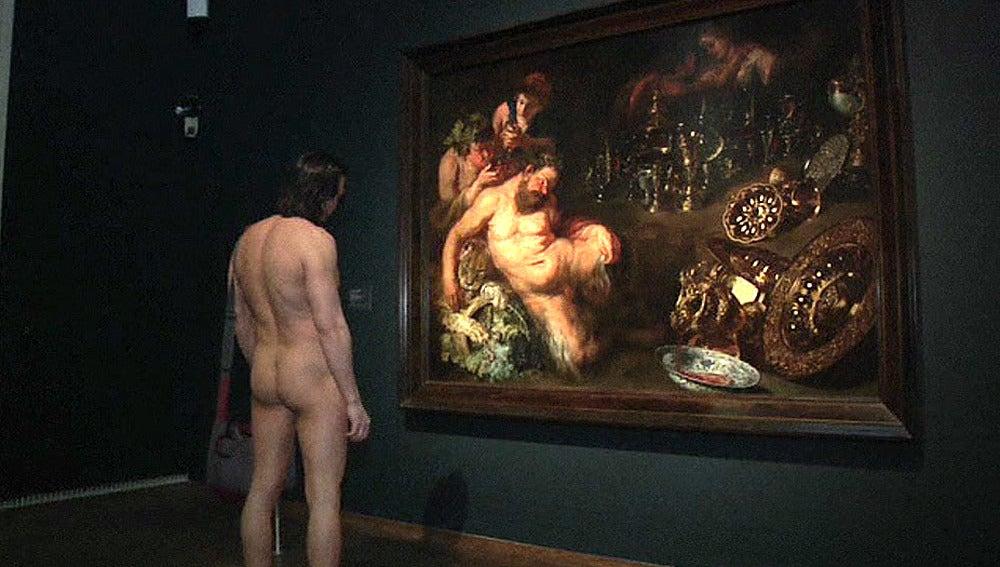 Turista desnudo en un museo de Viena