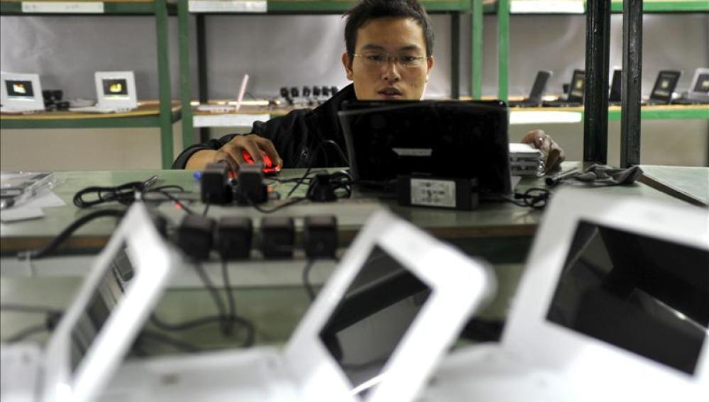 Un joven trabaja con ordenadores