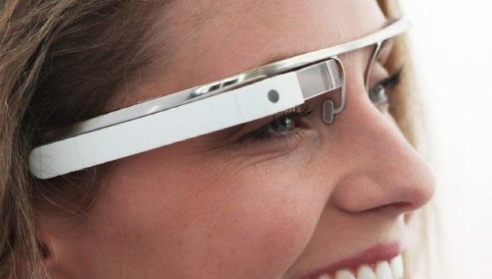 Una joven posa con sus Google Glass