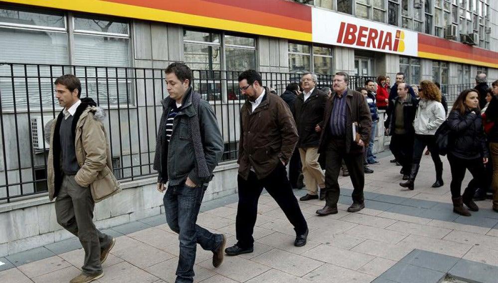 Los representantes de los trabajadores, junto a las oficinas de Iberia