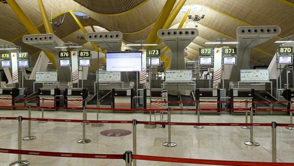 Varios mostradores vacíos de Iberia en el aeropuerto de Barajas