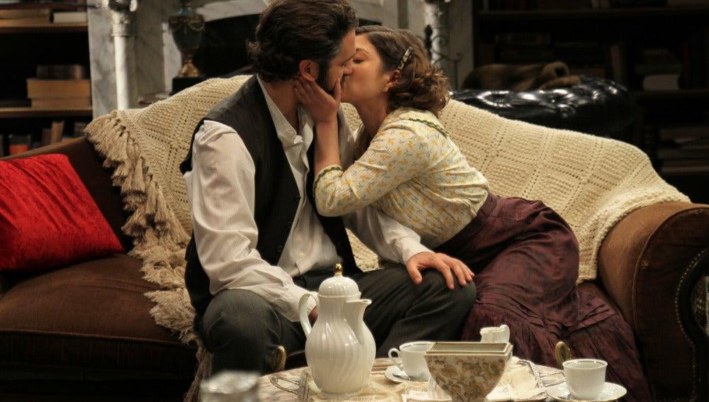 Candela besa a Tristán
