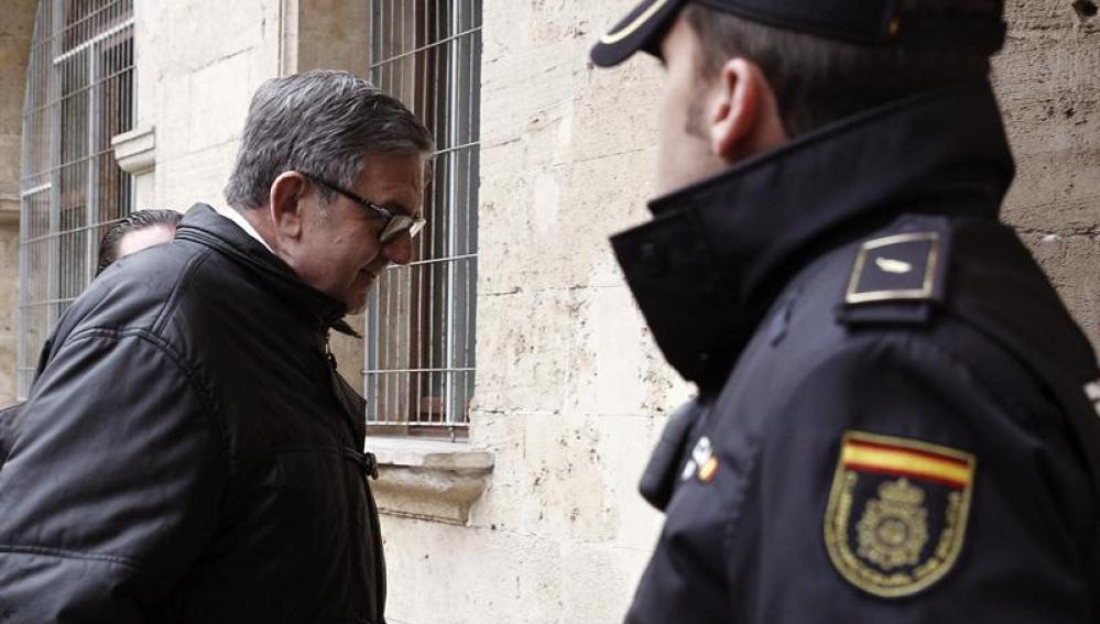 García Revenga sale del juzgado tras dos horas y media de declaración