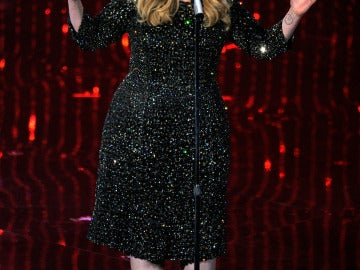 La cantante Adele interpretando una canción