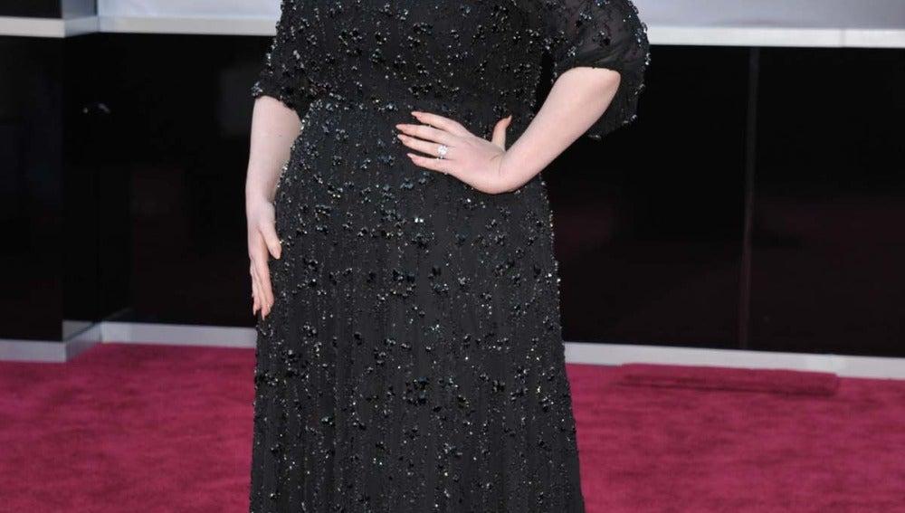 Adele apuesta por el negro con este vestido de Jenny Packham que pesaba... ¡15 kilos!