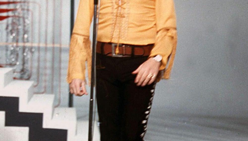 El cantante Tony Ronald en una actuación de año nuevo en 1970