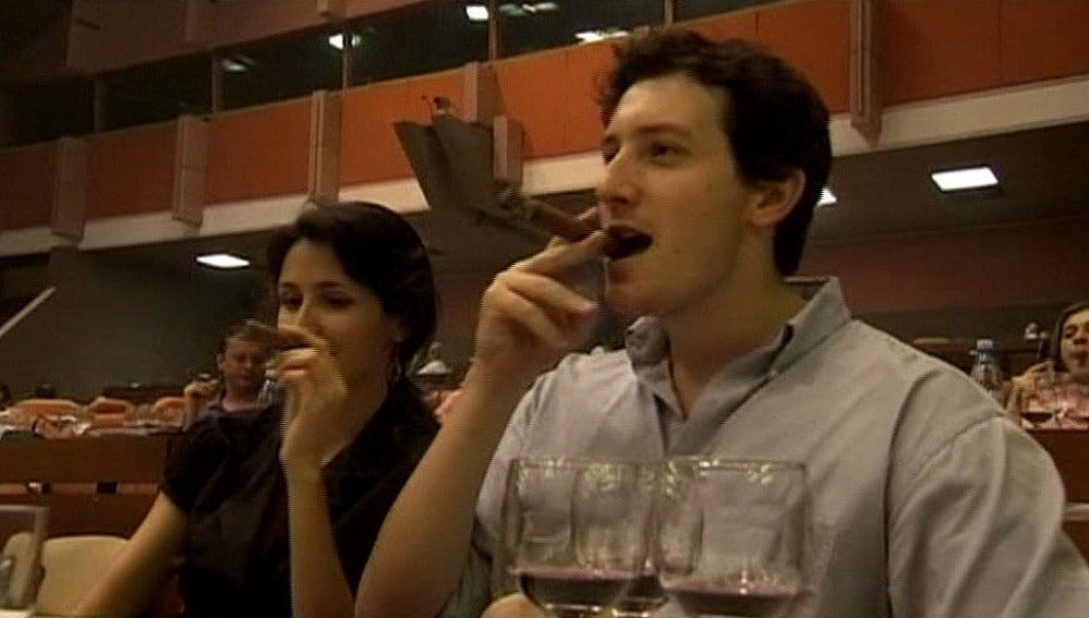 Una pareja disfruta de puros habanos