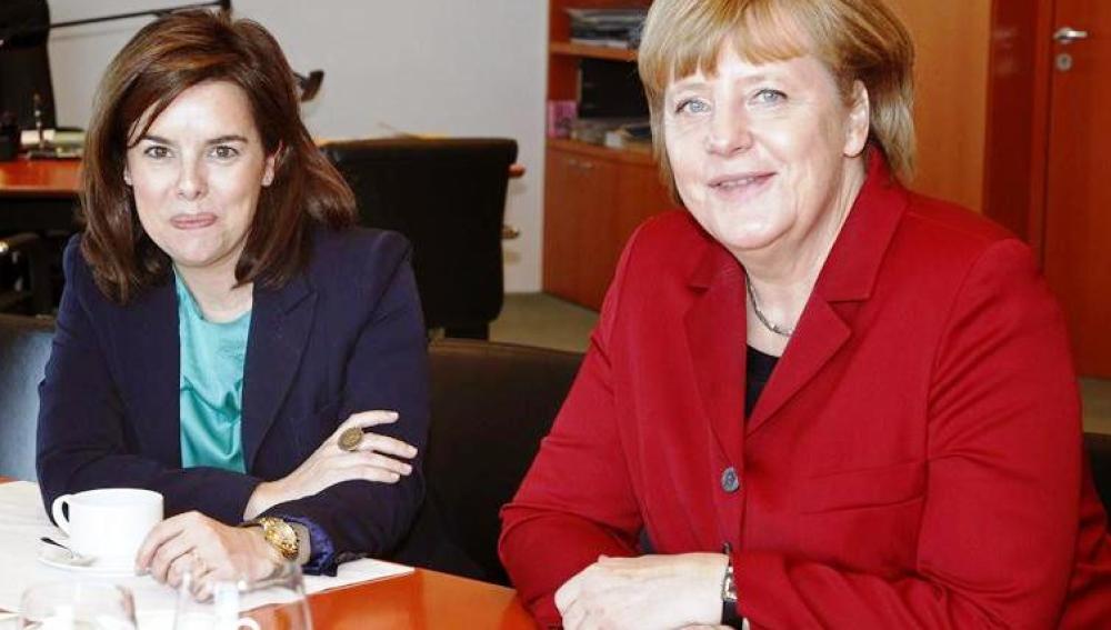Sáenz de Santamaría trata con Merkel sobre las reformas españolas