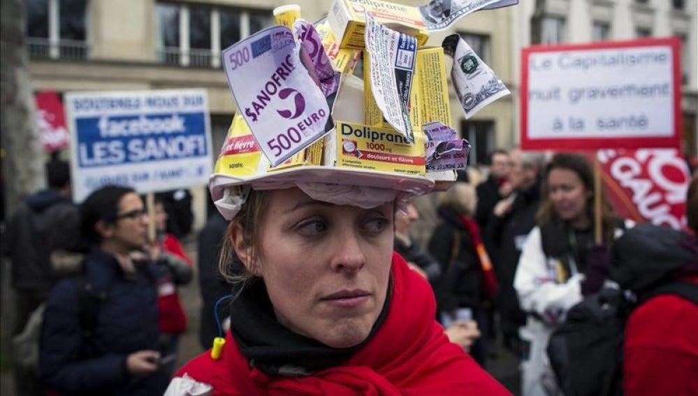 Empleados de la farmaceútica francesa Sanofi protestan por los despidos.
