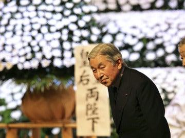 El emperador japonés Akihito y su mujer llegan a la ceremonia en conmemoración.