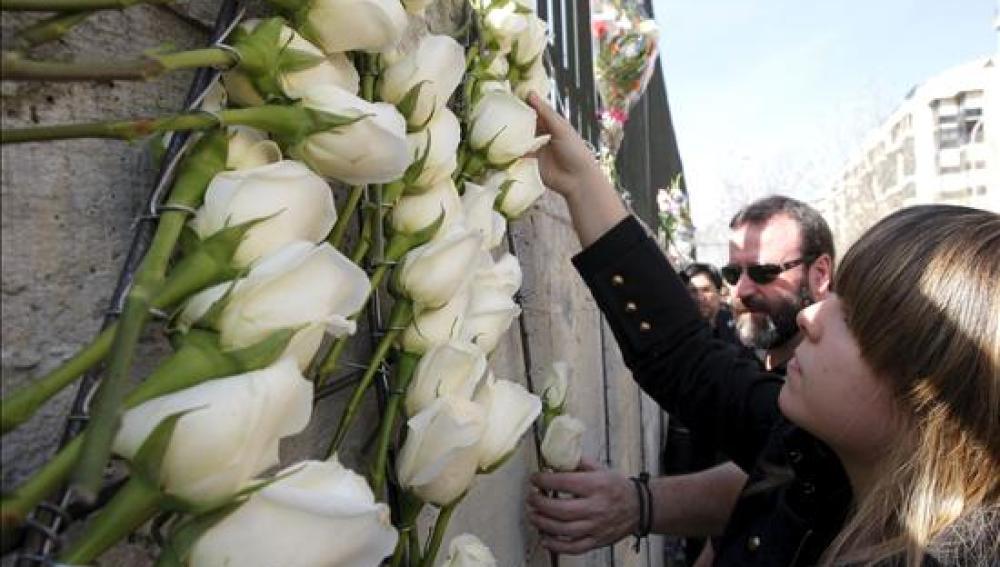 Un centenar de familias coloca 191 rosas blancas