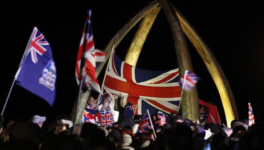Los malvinenses muestran sus banderas del Reino Unido