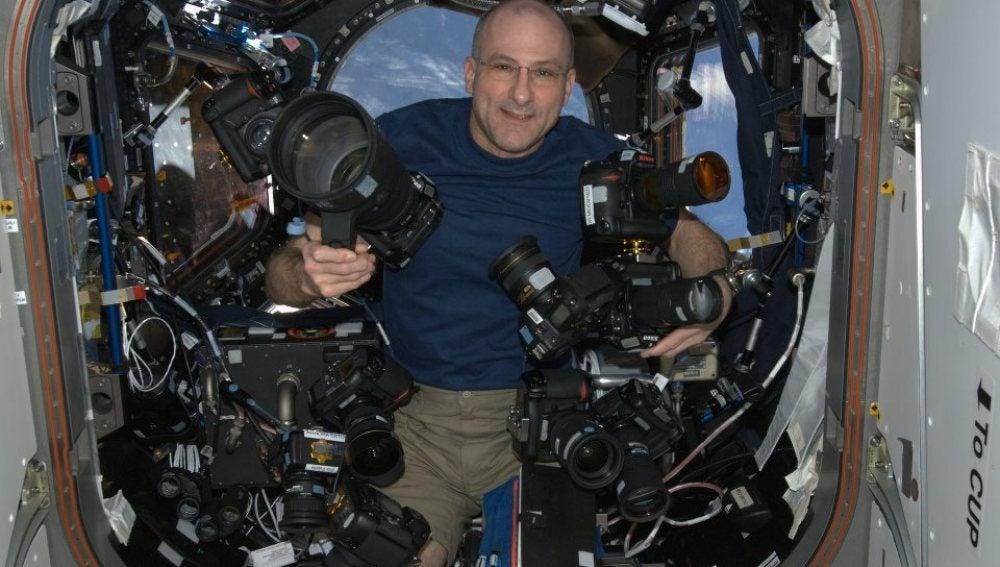 Don Pettit con sus cámaras fotográficas