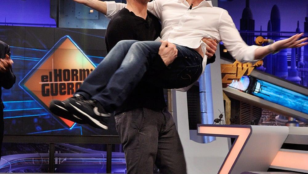 Ryan Reynolds coge en brazo a Pablo Motos