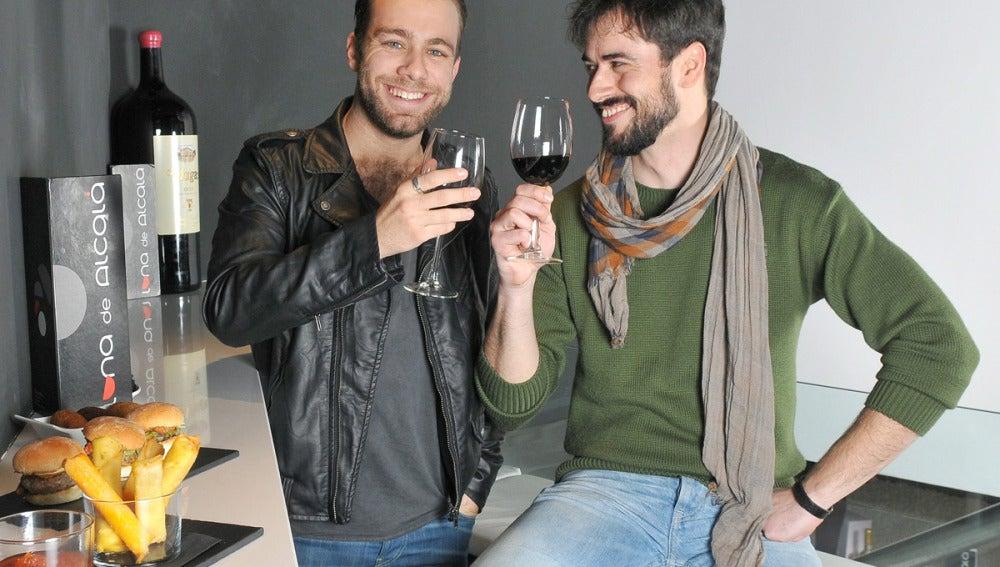 Iago y Carlos brindan