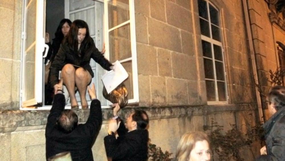 Los concejales de Ponteareas salen por la ventana
