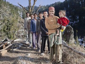 Rajo Verma posa con sus cinco maridos y su bebé