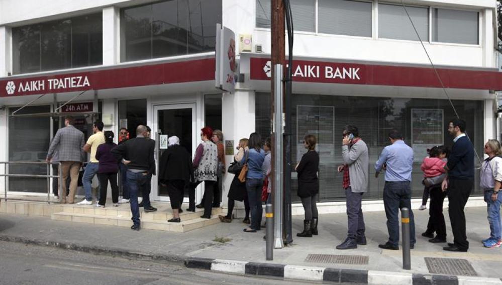 La gente hace cola para sacar dinero de los bancos chipriotas
