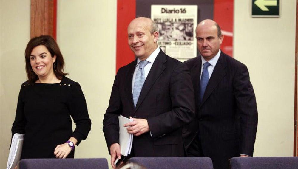 Sáenz de Santamaría, Wert y De Guindos, tras el consejo de ministros