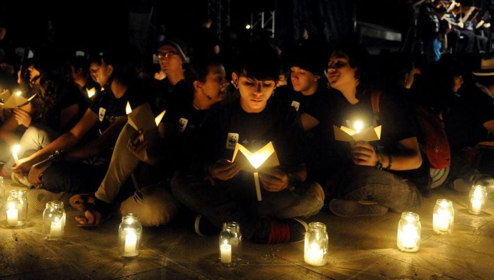 Jóvenes celebran 'La Hora del Planeta' en Medellín (Colombia)