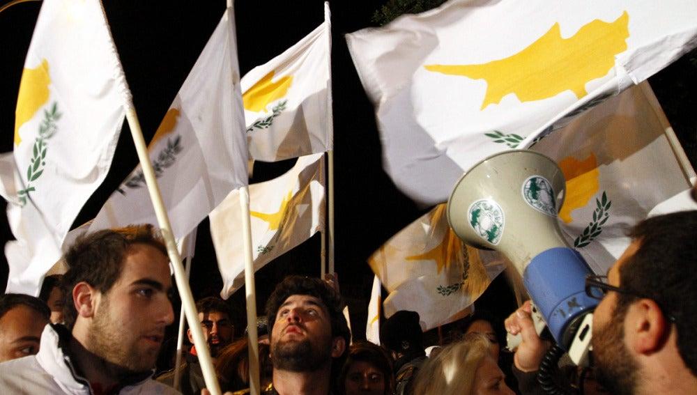 Manifestación frente al Parlamento de Chipre