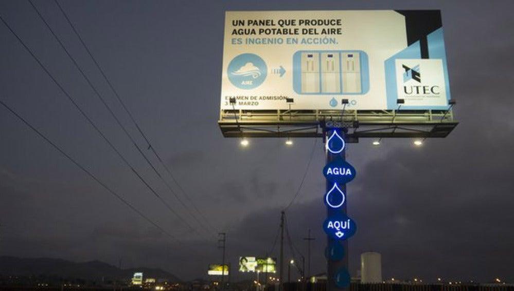 Un panel de publicidad transforma la humedad del aire en agua potable