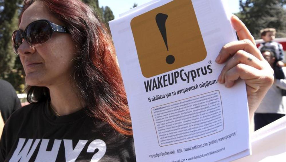 Manifestante durante una protesta en la jornada de fiesta nacional en Chipre