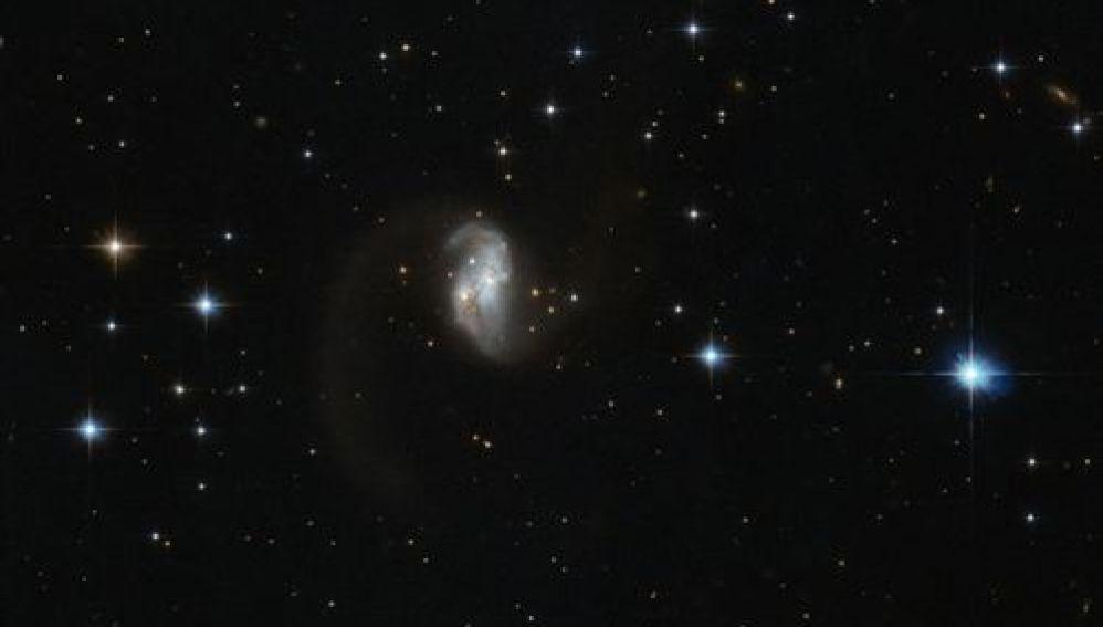 Hubble descubre una galaxia en forma de gusano