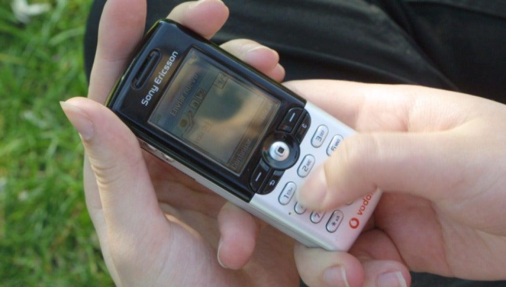 Un usuario envía un mensaje a través del teléfono móvil.
