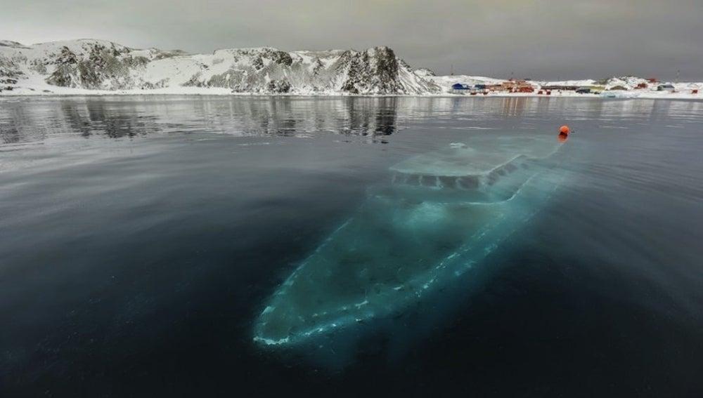Yate hundido en la Antártida