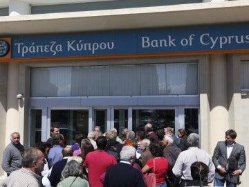 La gente acude a los bancos en su reapertura