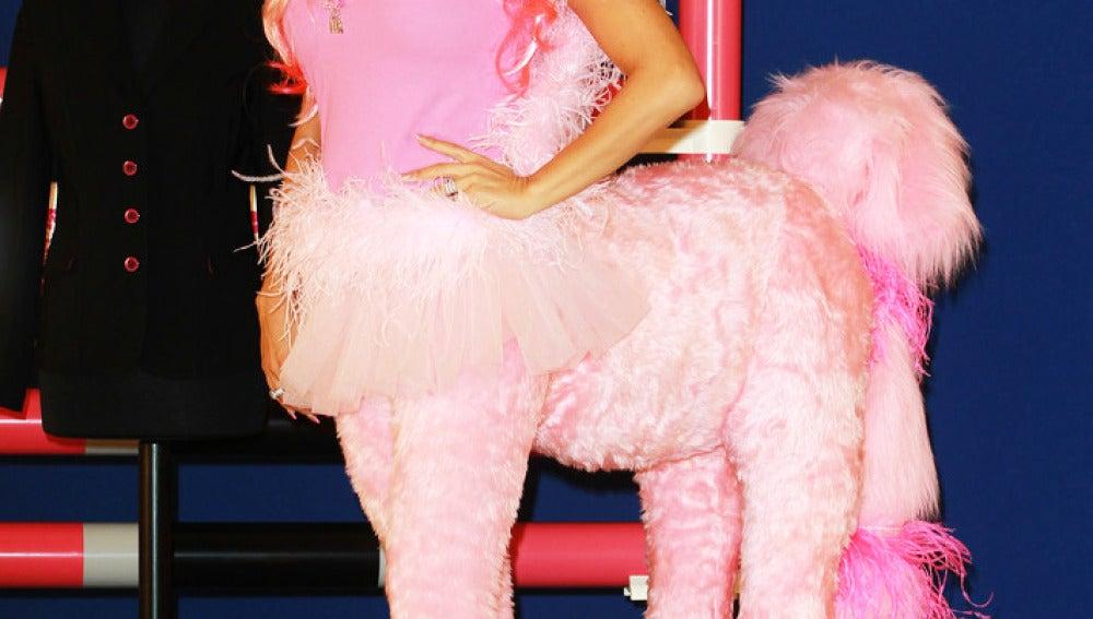 La modelo británica Katie Price posa disfrazada de pony.