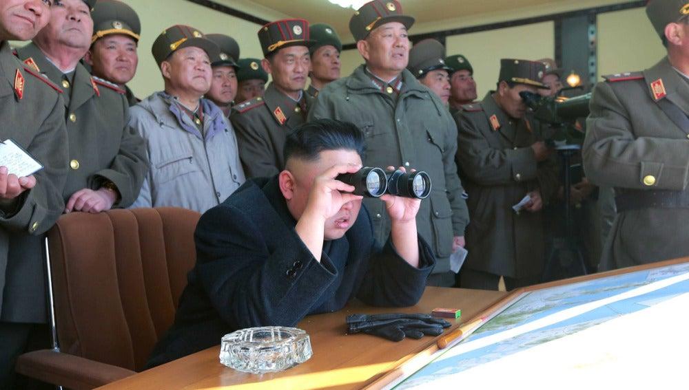 Kim Jong-un examina unas maniobras en Corea del Norte