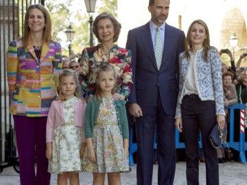 La reina, los príncipes y la infanta Elena en la misa de Pascua en Palma