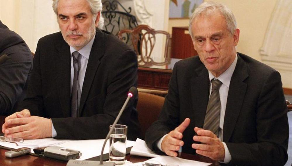 Ministro de Finanzas chipriota, Michael Sarris, junto al portavoz del Gobierno, Christos Stylianides