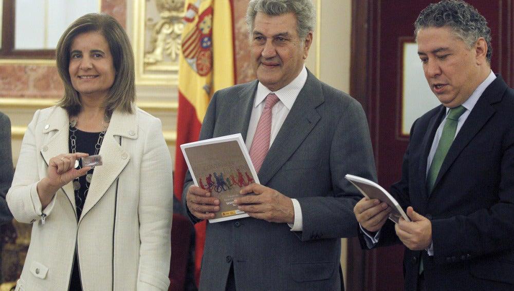 Báñez entrega a Posadas el informe sobre la evolución de las pensiones